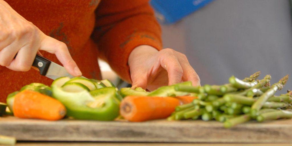 Préparation de repas, coupe de légumes
